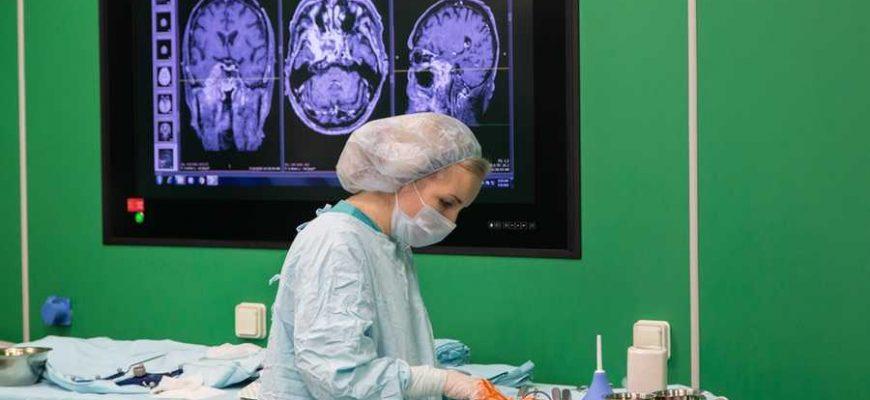 Нейрохирурги Федерального центра мозга и нейротехнологий провели сложную операцию по микрохирургическому удалению обширной редкой опухоли